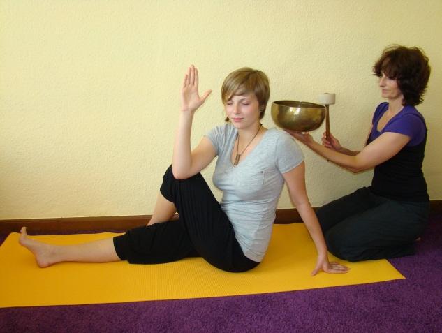 Klangschalen im Yogaunterricht - YOGA STILVOLL.