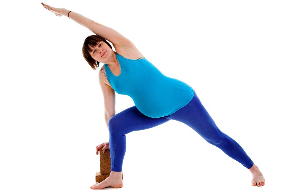 Yoga Übung in der Schwangereschaft Parshvakonasana Seitliche Winkelstellung