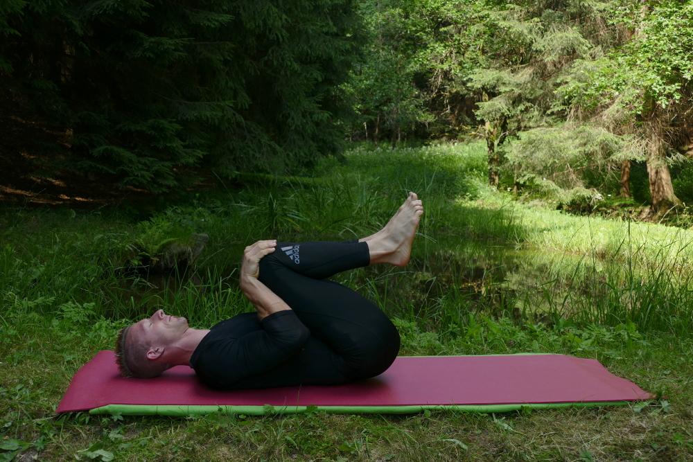 Yoga-Übung Apanasana Yoga bei Bandscheibenvorfall