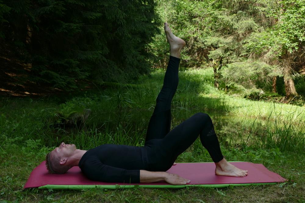 Yoga-Übung Prasarita Padottanasana – Venenpumpe Yoga bei Bandscheibenvorfall