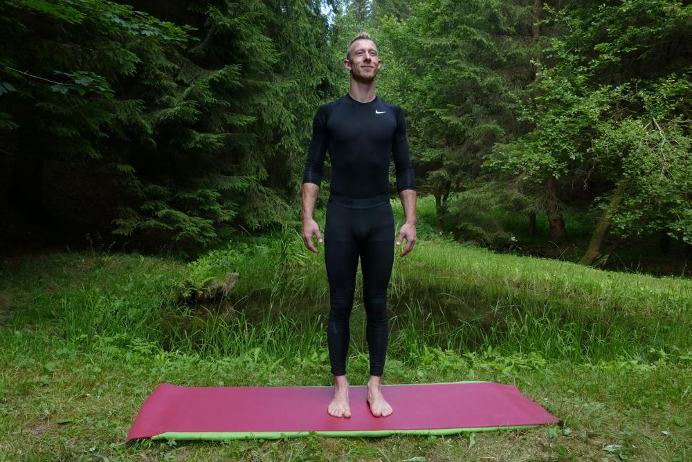 Yoga-Übung Tadasana – Aufrechter Stand Yoga bei Bandscheibenvorfall