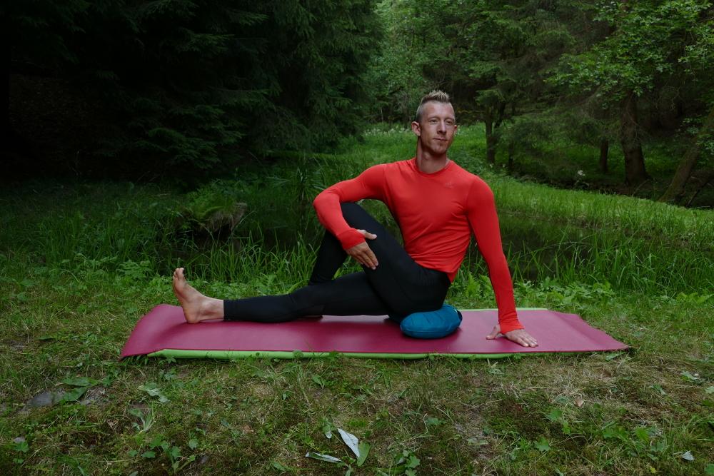 Yoga Übung Ardha Matsyendrasana – der Drehsitz Yoga für Anfänger