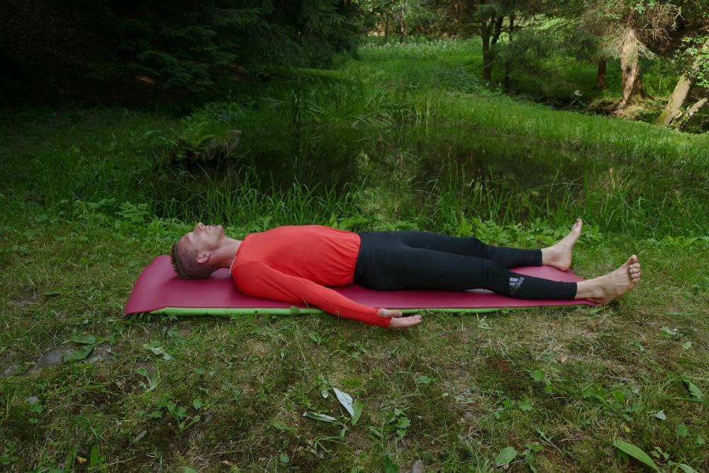 Yoga Übung Savasana – die Totenhaltung Yoga für Anfänger