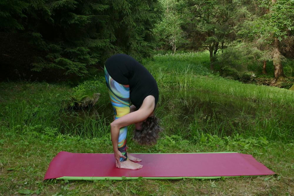 Yoga Übung Uttanasana – Vorbeuge im Stand zweite Version Yoga für Anfänger