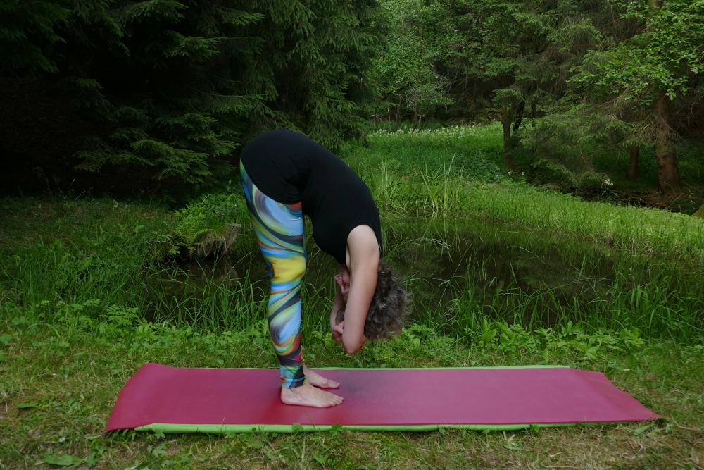 Yoga Übung Uttanasana – Vorbeuge im Stand Yoga für Anfänger
