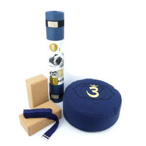 Yoga Set für Beginner in der Farbe blau mit zwei Kork Yoga Blocks, Yogamatte, Yogakissen und Yoga Gurt