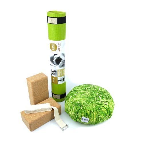 Yoga Set für Beginner in der Farbe grün mit zwei Kork Yoga Blocks, Yogamatte, Yogakissen und Yoga Gurt