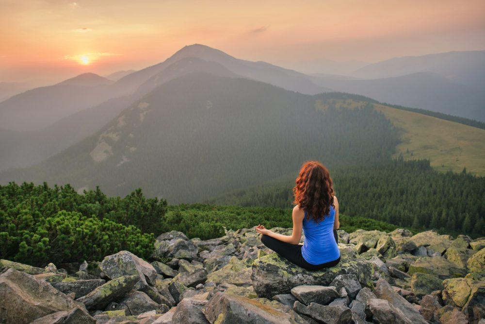 Sonnenmeditation im Sonnenaufgang oder Sonnenuntergang