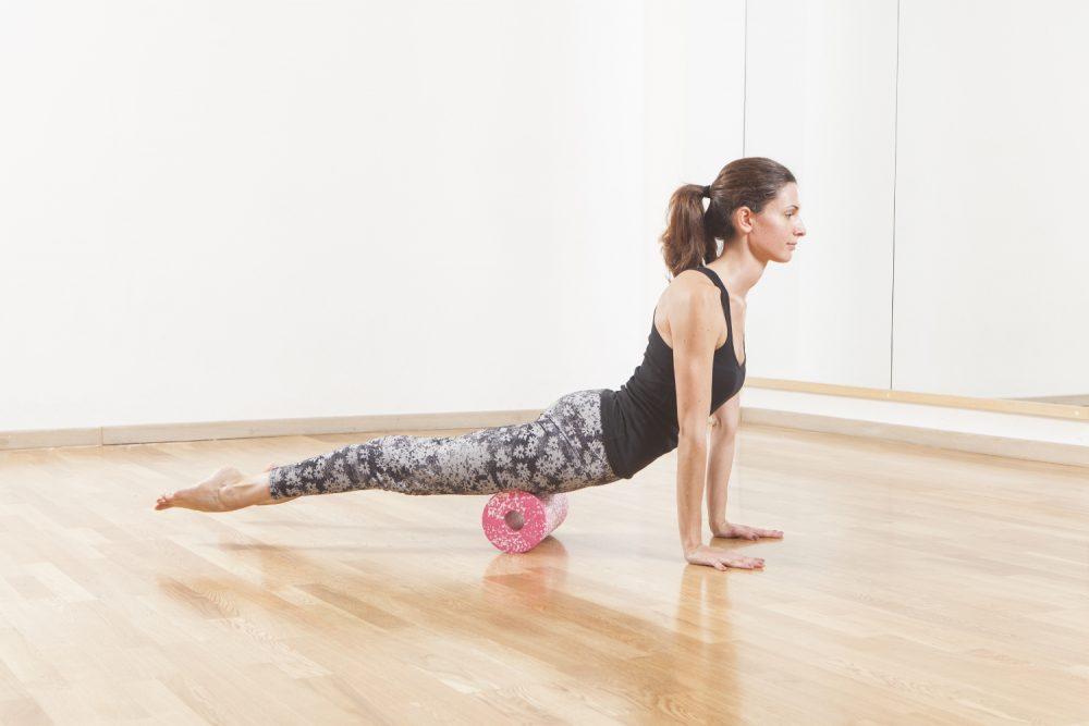 Faszien Yoga - Variante des heraufschauenden Hundes mit Faszienrolle
