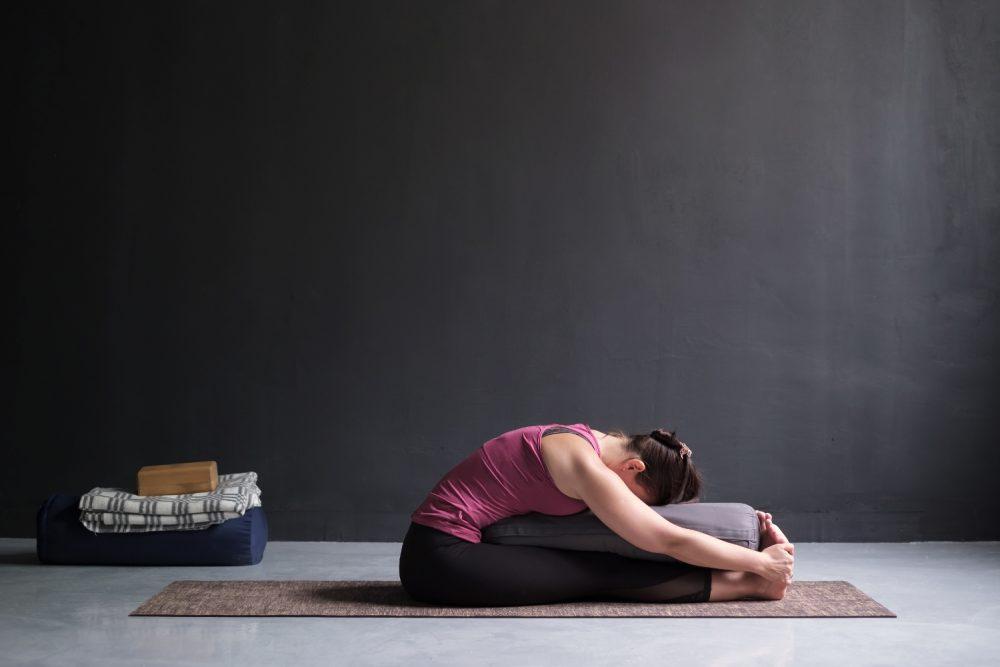 Was zeichnet Yin Yoga aus? Jede Haltung wird zwischen 3 und 15 Minuten lang gehalten.