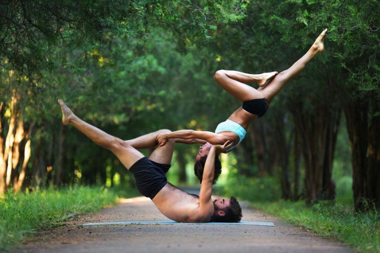 Acro Yoga – hier lernst du zu fliegen & zu vertrauen