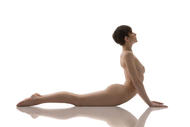 Nackt Yoga - Gründe, warum du es ausprobieren solltest