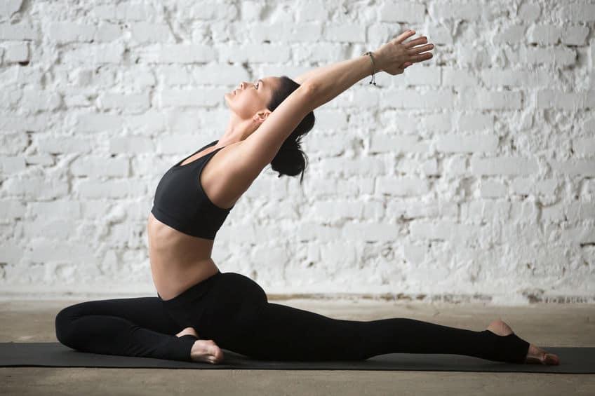 """Die Yoga-Übung """"Die Taube"""": Intensive Dehnung, die sich mit einer Drehung noch steigern lässt"""